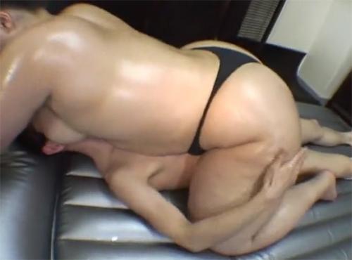 デブ熟女がデカケツをオイルまみれで性感ヌルヌルセックス動画