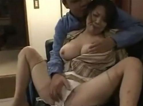 豊満巨乳の熟女妻が配達業者に襲われレイプで汚されるごうかん 無料動画